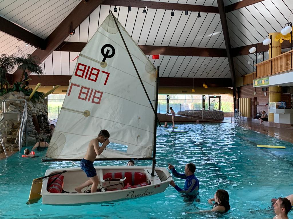 Jugendgruppe mit Segelboot im Vitusbad